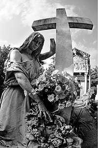 Emanuele Padovani Raccolta foto sulla vita del Cristo realizzate nel cimitero monumentale di Milano Titolo della foto: IL PIANTO DI MARIA